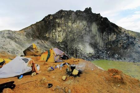 Kemah para pendaki di tepi kawah