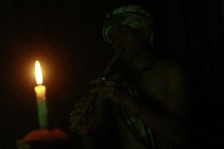bermain seruling sunda