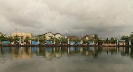 Kehidupan Di Pinggir Kolam Kota Tua
