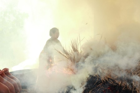 wanita pembakar gerabah mentah